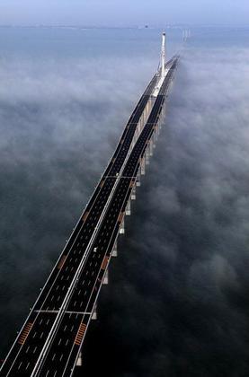 Мост через залив Цзяочжоувань. Фото AP