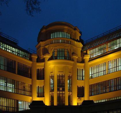 Здание бывшего ВХУТЕМАСа, в котором сейчас (на первом этаже справа расположена галерея). Фотография Юлии Тарабариной