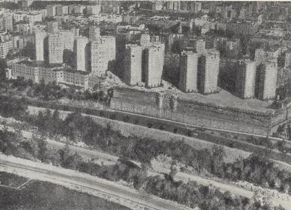 5 в. 16-18 этажный жилой дом в жилом комплексе Кастел-Виллэдж. Нью-Йорк (шт. Нью-Йорк), США. Арх. Пелхэм. 60-тые годы. Вид застройки.