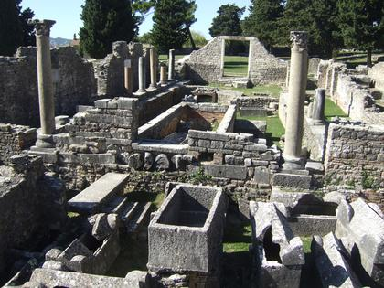 Салона. Манастирине, вид на саркофаги и базилику